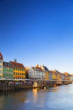 DEN0243AW Denmark, Hovedstaden, Copenhagen. Colourful buildings along the 17th century waterfront of Nyhavn.