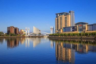 UK07645 UK, England, Manchester, Salford, View of Salford Quays, Quay West at MediaCity UK,  the Imperial War Museum North, Millennium Bridge also known as The Lowry Bridge and the Lowry outlet mall (from lef...