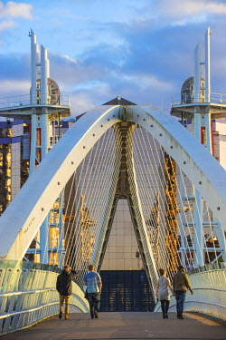 UK07647 UK, England, Manchester, Salford, Salford Quays, Millennium Bridge also known as The Lowry Bridge