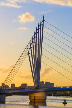UK07648 UK, England, Manchester, Salford, Salford Quays, Media City footbridge