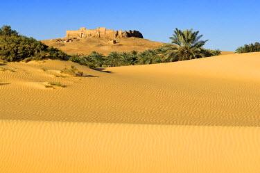 HMS0238830 Egypt, Upper Egypt, Libyan Desert, Kharga Oasis, Qasr el Ghueita, former Roman fortress far away