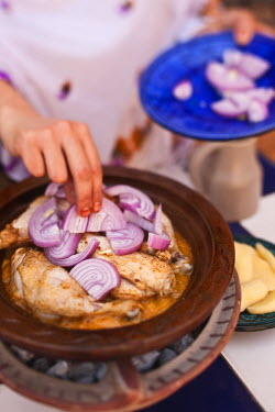 HMS0706710 Morocco, Agadir Province, Tighanimine Elbaz, Ecolodge Kasbah Atlas, preparation of the brazier of chicken tagine with potatoes and onions