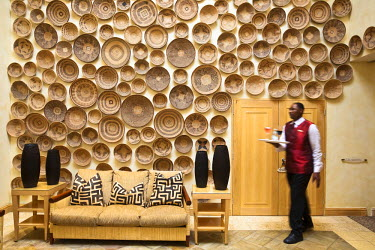 HMS0374558 South Africa, Gauteng Province, Johannesburg, Sandhurst, Saxon Hotel, local basketry wall