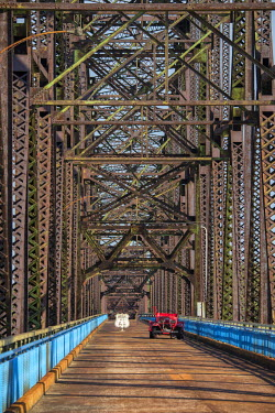 USA10448AW USA, Missouri, St,Louis, The Chain of Rocks Bridge spans the Mississippi River on the north edge of St. Louis, Missouri. The eastern end of the bridge is on Chouteau Island,
