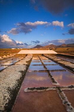 ES09233 Spain, Canary Islands, Lanzarote, El Golfo, Salinas de Janubio, salt evaporation pans, sunset