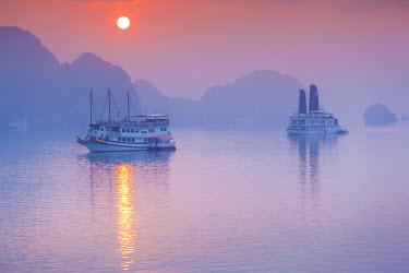 VM02248 Vietnam, Halong Bay, tourist boats, sunrise