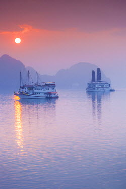 VM02249 Vietnam, Halong Bay, tourist boats, sunrise