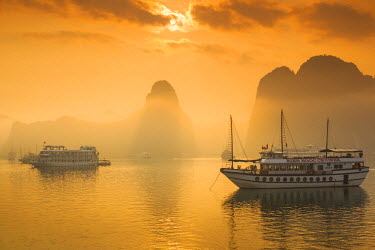 VM02253 Vietnam, Halong Bay, tourist boats, sunrise