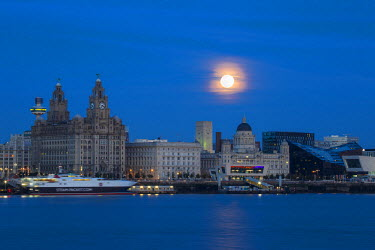 UK07715 United Kingdom, England, Merseyside, Liverpool, Super moon over Liverpool skyline
