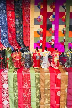CH10507AW Souvenirs on market stall, Yangshuo, Guangxi, China