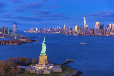 US60414 Statue of Liberty, Jersey City and Lower Manhattan, New York City, New York, USA