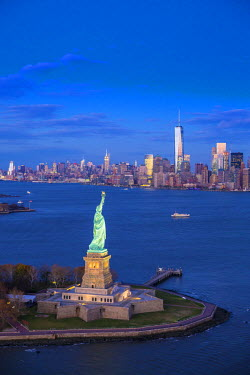 US60415 Statue of Liberty and Lower Manhattan, New York City, New York, USA