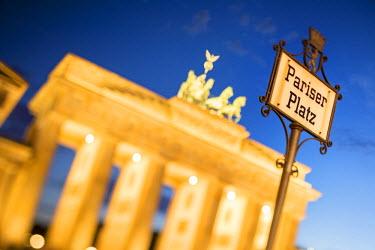 GER8790AW Germany, Deutschland. Berlin. Berlin Mitte. Brandenburg Gate, Brandenburger Tor