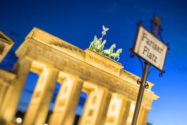 GER8791AW Germany, Deutschland. Berlin. Berlin Mitte. Brandenburg Gate, Brandenburger Tor