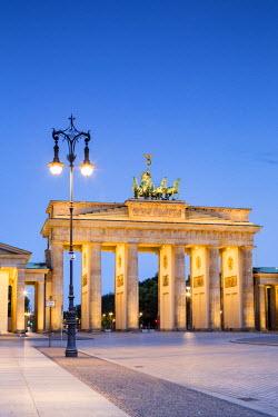 GER8794AW Germany, Deutschland. Berlin. Berlin Mitte. Brandenburg Gate, Brandenburger Tor
