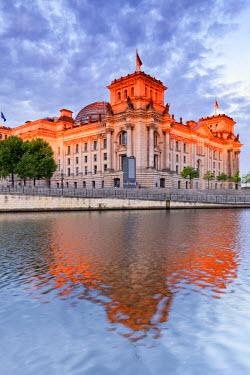 GER8803AW Germany, Deutschland. Berlin. Berlin Mitte. The Regierungsviertel (Government Quarter) the Reichstag.