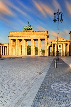 GER8831AW Germany, Deutschland. Berlin. Berlin Mitte. Brandenburg Gate, Brandenburger Tor