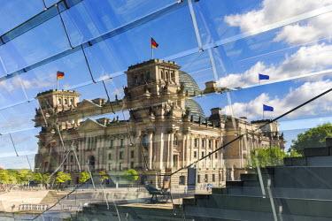 GER8835AW Germany, Deutschland. Berlin. Berlin Mitte. The Regierungsviertel (Government Quarter) the Reichstag.