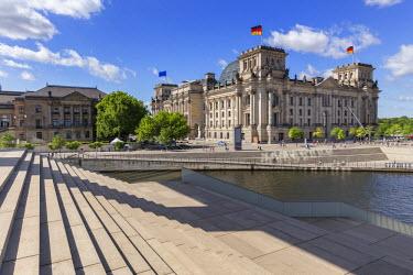 GER8836AW Germany, Deutschland. Berlin. Berlin Mitte. The Regierungsviertel (Government Quarter) the Reichstag.