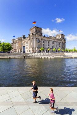 GER8837AW Germany, Deutschland. Berlin. Berlin Mitte. The Regierungsviertel (Government Quarter) the Reichstag.
