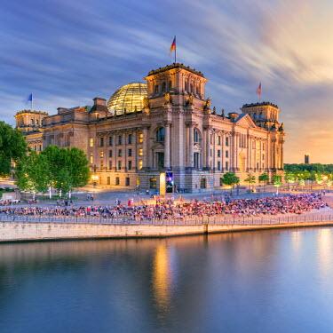 GER8898AW Germany, Deutschland. Berlin. Berlin Mitte. The Regierungsviertel (Government Quarter) the Reichstag.