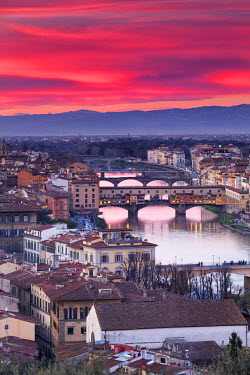 ITA5046AW Italy, Italia. Tuscany, Toscana. Firenze district. Florence, Firenze. Ponte vecchio. View over the city from Michelangelo square