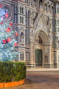ITA5049AW Italy, Italia. Tuscany, Toscana. Firenze district. Florence, Firenze. Piazza Duomo, Duomo Santa Maria del Fiore and Christams Tree.