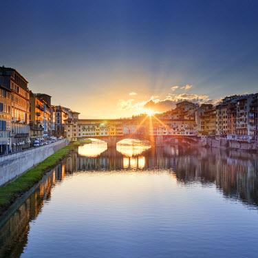 ITA5053AW Italy, Italia. Tuscany, Toscana. Firenze district. Florence, Firenze. Ponte Vecchio bridge.