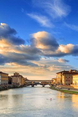 ITA5060AW Italy, Italia. Tuscany, Toscana. Firenze district. Florence, Firenze. Ponte Vecchio bridge.