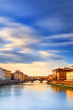 ITA5061AW Italy, Italia. Tuscany, Toscana. Firenze district. Florence, Firenze. Ponte Vecchio bridge.