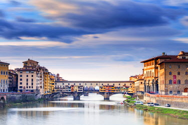 ITA5062AW Italy, Italia. Tuscany, Toscana. Firenze district. Florence, Firenze. Ponte Vecchio bridge.