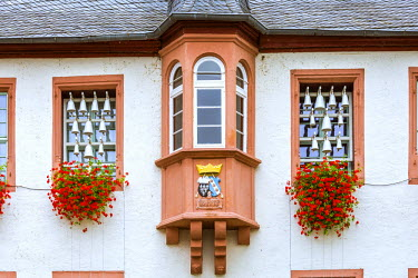 GER8923AW Detail of facade of typical building, Rudesheim, Rhine valley, Hesse, Germany