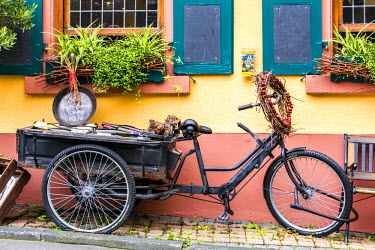 GER8926AW Bicycle with bottles of wine, Rudesheim, Rhine valley, Hesse, Germany