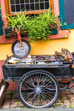 GER8927AW Bicycle with bottles of wine, Rudesheim, Rhine valley, Hesse, Germany