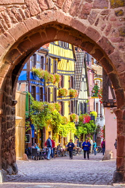 FRA8861AW Street view of alsatian town, Riquewihr, Alsace, France
