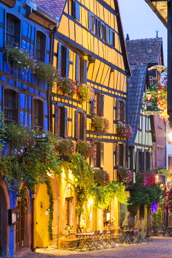 FRA8872AW Street view of alsatian town, Riquewihr, Alsace, France