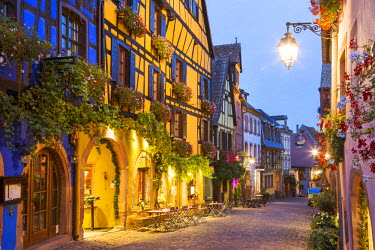 FRA8873AW Street view of alsatian town, Riquewihr, Alsace, France