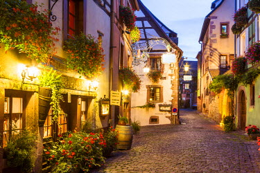 FRA8874AW Street view of alsatian town, Riquewihr, Alsace, France