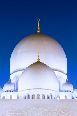 UAE0359AW United Arab Emirates, Abu Dhabi. The white marble domes of Sheikh Zayed Grand Mosque. The main dome pictured is 85m high and comparable in size to St Paul's Cathedral. The spectacular evening lighting...
