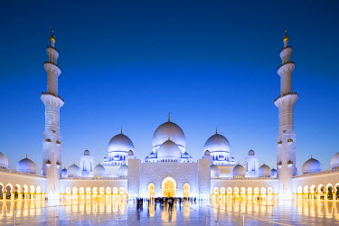 UAE0367AW United Arab Emirates, Abu Dhabi. The courtyard and white marble exterior of Sheikh Zayed Grand Mosque. Completed in 2007 the mosque can hold over 40,000 worshippers and is made up of 82 domes and four...