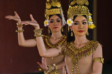 HMS0442230 Cambodia, Phnom Penh, Royal University of Fine Arts, Khmer Classical Dance, listed as World Intagible Cultural Heritage by UNESCO, morning warm-up for young dancers of national ballet