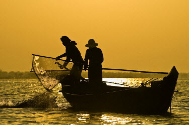 HMS0442361 Cambodia, Siem Reap Province, Tonle Sap lake, listed as Biosphere Reserve by UNESCO in 1997, Kampong Pluk, Srei Tha and his wife Yun Loen harvest fishes and shrimps with their traditional wide shrimpi...