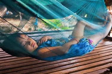 HMS0533562 Cambodia, Kompong Chhnang Province, Kampong Lang village along the Tonle Sap, a little girl siesta in a hammock