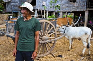 HMS0533564 Cambodia, Kompong Chhnang Province, Kampong Lang village along the Tonle Sap, Mr. Hongty front of his house
