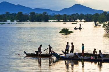 HMS0533577 Cambodia, Kompong Chhnang Province, dusk on Lake Tonle Sap between Kampong Chhnang and Kompong Lang