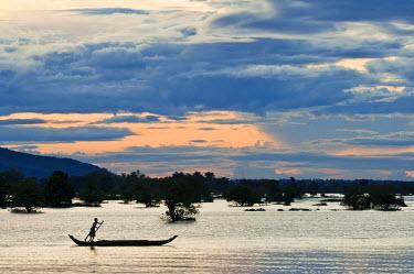 HMS0533578 Cambodia, Kompong Chhnang Province, dusk on Lake Tonle Sap between Kampong Chhnang and Kompong Lang