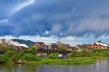 HMS0533585 Cambodia, Kompong Chhnang Province, the arrival of a storm on Kampong Lang village along the Tonle Sap