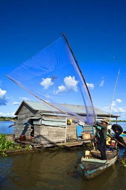 HMS0533636 Cambodia, Kompong Chhnang Province, Chong Kos Vietnamese floating village on Tonle Sap River, fishermen
