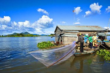 HMS0533637 Cambodia, Kompong Chhnang Province, Chong Kos Vietnamese floating village on Tonle Sap River, fishermen