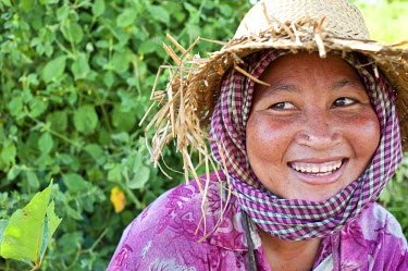 HMS0535801 Cambodia, Battambang Province, portrait of woman in the rice fields in North Battambang city